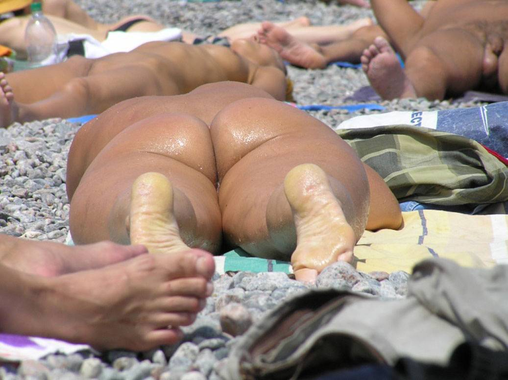 Hot lady show us her nice butt while tanning