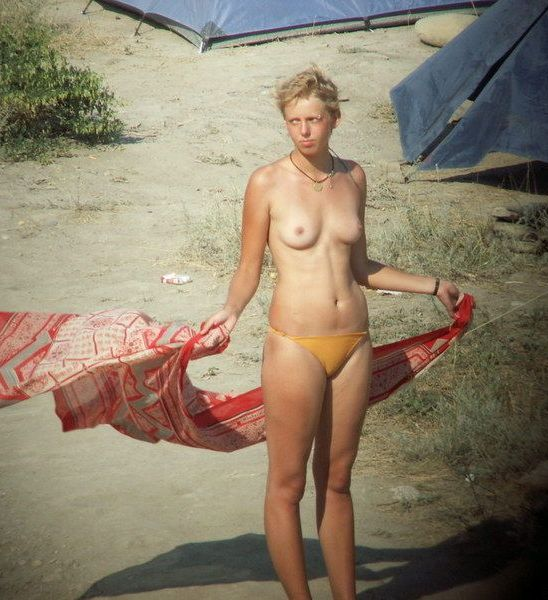 Hidden cam caught topless girl in a windy day