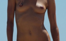 537-Nude-babe-spied-on-the-beach-and-exposed.jpg