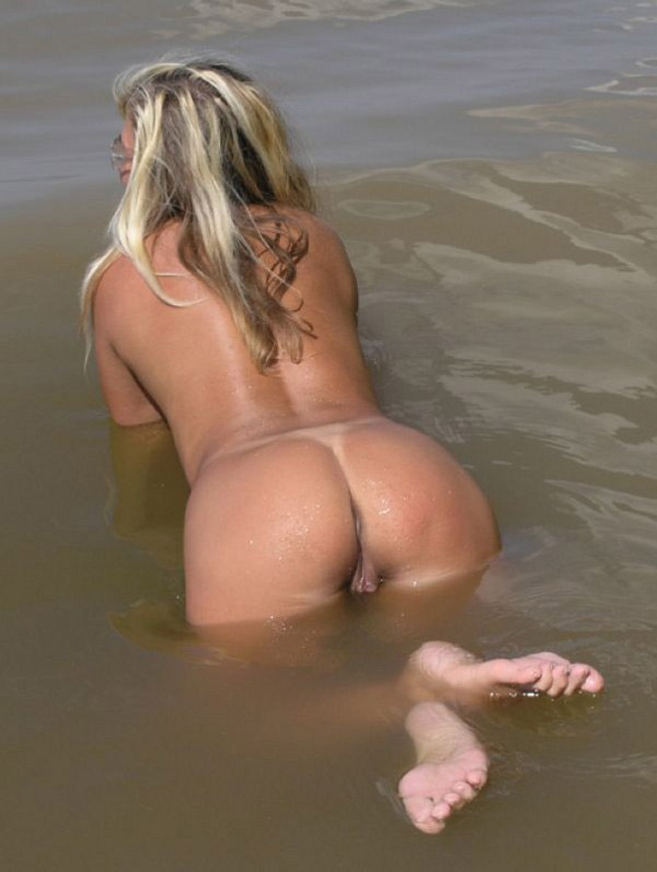 Naked babe in the warm water show us her nice butt