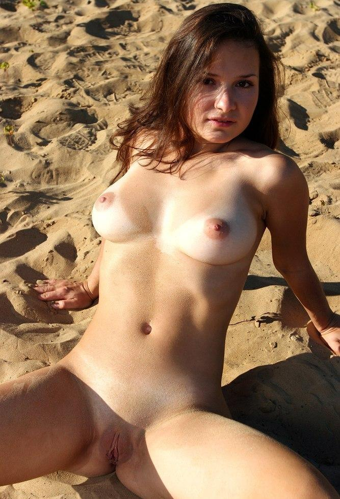 Nude babe reveal her shaved pink muffin