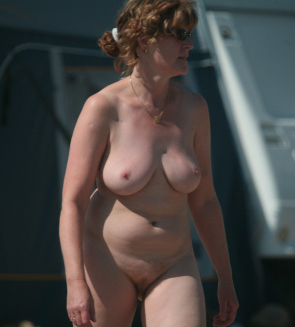 Thick confident woman strolling in the buff