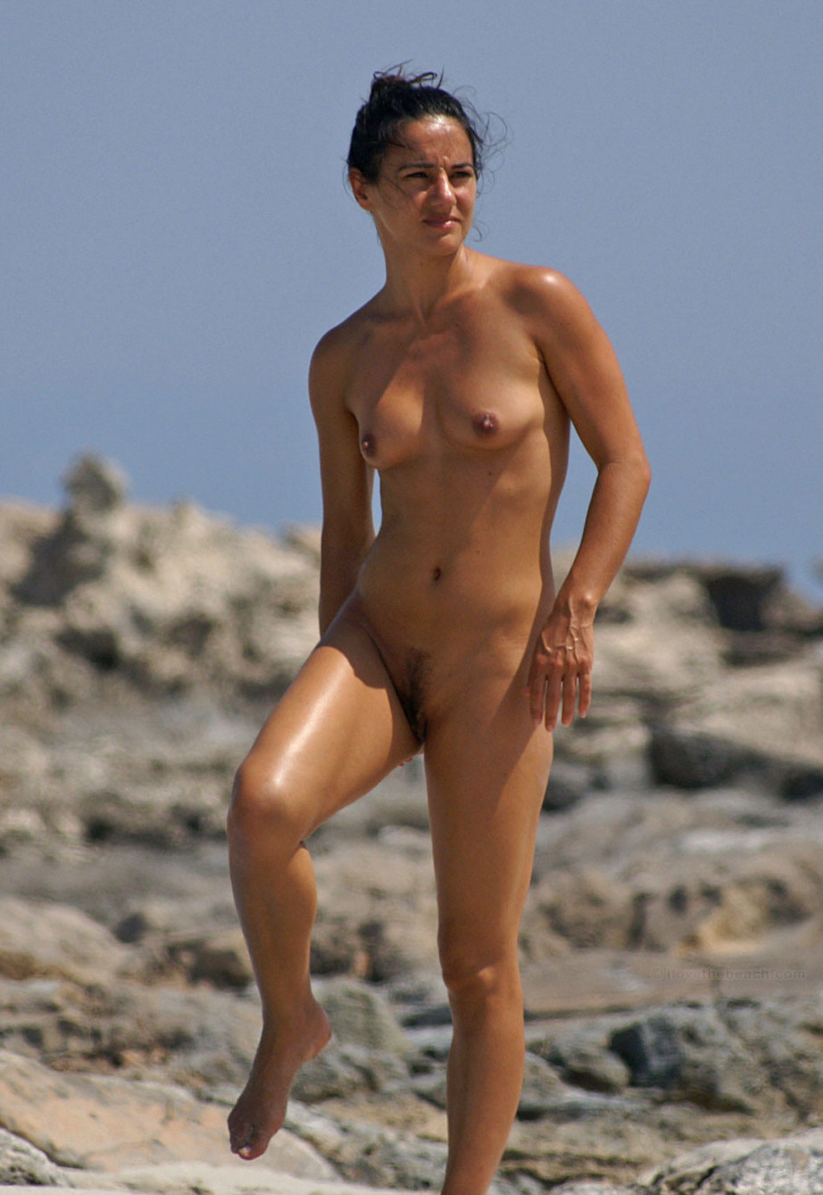 Nudist babe spied on the beach
